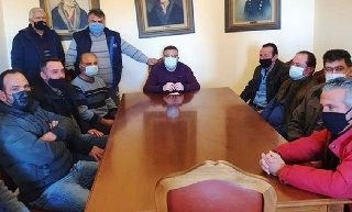 Ο Ανδρέας Μαρίνος συζητά με τους αγρότες της Ηλείας