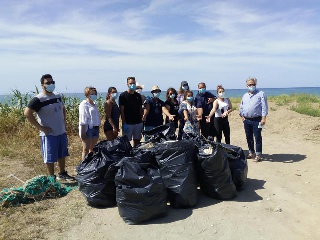 Γάλλοι καθάρισαν την Παραλία Γαστούνης στη Μπούκα